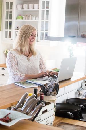 Vid köksön kan hon stå och skriva. Gamla bageriet i Insjön är 210 kvadratmeter stort, med 55 kvadratmeter källare.