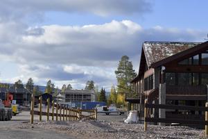 Det byggs mer boende i Stöten och till höger hotellet som stod klart inför fjolårssäongen.