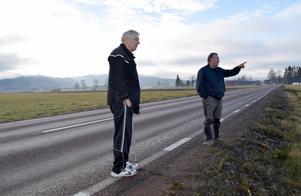 Kjell Örjes och grannen Hans-Erik Alsterlind ser flera spår av vilt i vägkanten. Hans-Erik tycker också att hastigheten längs vägen är för hög men ser skeptiskt på idéer om förebyggande åtgärder: