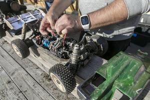 30 minuters körning på en laddning brukar man få ut av ett batteri. För att komponenterna inte ska bli för varma mäts temperaturen med termometer.