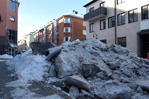 Högen består av flera stora isblock som tidigare legat på parkeringen.