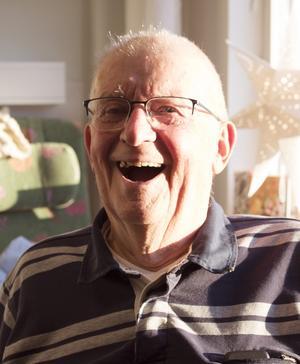 """Han föll, blev förlamad, kan aldrig mera gå och han tvingas flytta. Men Wim Postuma 84, styr i alla fall sina val. Och han valde att se """"de positiva följderna av ett lamt ben"""". Foto: Ann-Christine Kihl"""