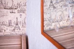 Gammal spegel och Paris-tapet i retrostil