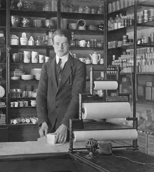 Här har vi Konsum Överhogdal omkring år 1930 med Hugo Jönsson född 1905. Han startade sin kooperativa bana i Överhogdal. Sedan blev det butikschefsjobb bland annat i Rätan och Offerdalsberg. Därefter var han chef för Kooperativa föreningen Näldens centallager med tolv butiker. Hugo avslutade sin karriär vid Kooperativa Förbundets Lagercentral i Östersund. FOTO: UR HUGO JÖNSSONS FOTOALBUM.