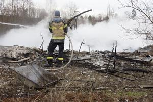 Efter branden natten mot onsdagen stannade räddningstänsten i Örnsköldsvik kvar för eftersläckning och för att hålla kontroll på branden.