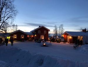 Det var aktivitet både i och kring bystugan i Lofstalen. Foto: Nina Wenker