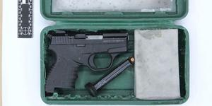 I mannens garage hittades ett vapen och ammunition Foto: Bild från polisens förundersökning