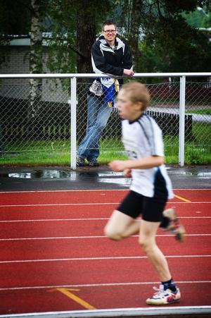 Jonny Danielsson ser på när sonen Emil tävlar i BT-spelen 2009. Emil Danielsson studerar på KTH numera och tävlar för Spårvägen. Främsta gren är 1500 meter, så pappa Jonny tycks få behålla såväl familjerekordet som den svenska rekordnoteringen på 10 000 meter ett tag framöver. Foto: Karin Rickardsson