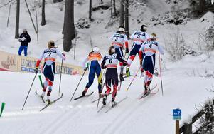 Här släpper skidorna för Charlotte och hon får se de andra norska åkarna med Marit Björgen i spetsen dra ifrån.