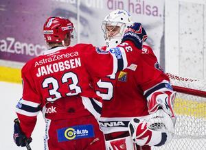 Två av nyckelspelarna våren 2012: Julius Hudacek omfamnas av Julian Jakokbsen. Foto: Bildbyrån.