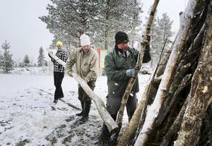 Janne Wagenius, Bengt Ålkils och Tage Persson deltog i arbetet med att bygga en vårdkase på toppen av Hoverberget.