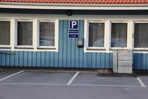 Två parkeringsplatser är vikta för laddning. Laddningsstationen har bara suttit på plats i en vecka och inom kort kommer det att finnas en tydligare märkning på väggen intill.