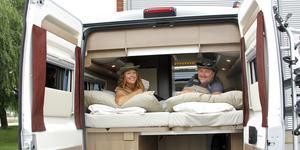 Tina och Bengts nya husbil är lite mindre än den gamla, men en rejäl dubbelsäng får ändå plats. Sängen ska få ny madrass från Elite i Kungsör innan det bär iväg igen.
