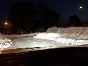 Bilden är från en T-korsning i ett villaområde i vintras. Utfarten blev mer skymd för varje gång det röjdes, beskriver insändarskribenten. Foto: Privat