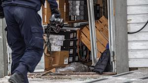 Enligt butikschefen har dyra märkesjackor stulits vid inbrottet.