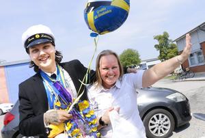 Kevin Lehtoniemi firar studenten från transportprogrammet på Tullängsgymnasiet tillsammans med mamma Sari. - Det känns bra! Det är en lättnad, säger Kevin glatt.