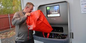 Handlare Ulf Schön på Ica Kvantum testar nya pantmaskinen som finns vid butikens återvinningsstation.