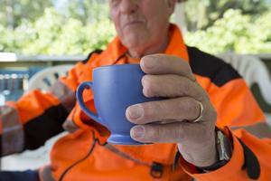 Det kapade långfingret på vänster hand är inte en följd av 56 års jobb med tunga maskiner.