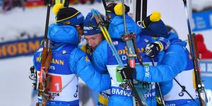 Sebastian Samuelsson kramas om av sina lagkamrater efter söndagens seger.