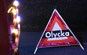 MALMÖ 20191027 Räddningstjänsten sätter ut en pyramid som varnar för olycka i samband med en krock mellan en polisbil och en personbil på Pildammsvägen i Malmö. Foto: Johan Nilsson / TT / Kod 50090