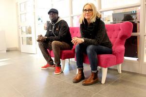 Sitt skönt på rasten. Ibrahima Diof och Kamilla Aspgren Kvarnström är elevcoacher och sitter skönt i sammetsfåtöljerna.