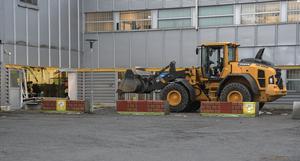 En hjullastare modell större användes tidigt på torsdagsmorgonen vid en så kallad smash and grab mot ett elektronikföretag på Bergkällavägen i Rotebro.