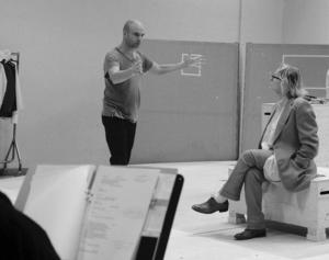 Linus Tunström kan tänka sig att bli teaterchef igen om några år. Nu vill han regissera och ha en mindre inrutad tillvaro än tidigare. Här ger han regi åt Marie Göranzon.