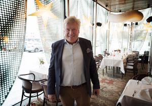 Lars-Jerker Molin i uteserveringen på Mamma Augustas kök. Plåtgardinerna på utsidan har skapat debatt, men Lars-Jerker har haft besök av arkitekter från olika delar av världen som vill ta sig en titt. De var också ett av tio bidrag till arkitekturbiennalen i Venedig.