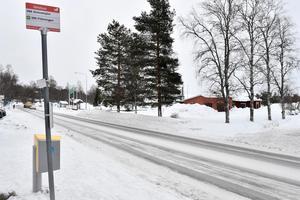 Busshållplatser är ett stort problem i Idre, när bussen stannar  på genomfartsvägen.