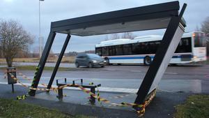 VL:s stadsbussar har lång bakdel. Vid svängar blir det stora svepande rörelser. I fredags stod busskuren på Bjurhovdagatans ändhållplats i vägen.