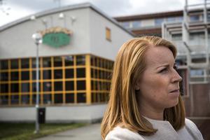 Annie Lööf (C) utanför Lorensbergaskolan.