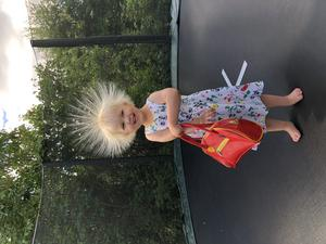 Elektrifierad Även personifierad. Vild och galen liten prinsessa, Julia 2 år. Stor prinsessa, om hon hade fått beskriva sig själv. Foto: Mia Karlsson