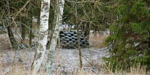 En hög med däck fanns under fredagen fortfarande kvar en bit in på fastigheten intill Enhörnaleden i Lina.