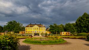 Lövstabruks herrgård i kvällssolen. Foto: Pia Bergström
