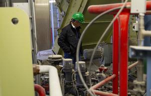 Mikael Strandberg inspekterar värmeverket.
