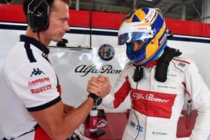Alex Elgh gratulerar Marcus Ericsson. Foto: Sauber Motorsport