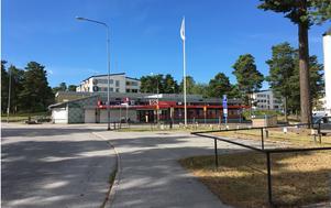 Korsningen Karlslundsgatan-Orrstigen föreslås bli ett nytt stadsdelscentrum i Bårsta med fler verksamheter som service och handel samt mötesplatser, gärna torg med sittplatser. Foto: Södertälje kommun.