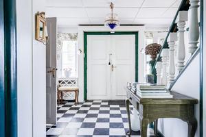 Hall med svartvitrutigt golv.  Foto: Carlsson Ring