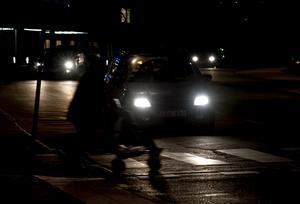 Vid obevakade övergångsställen har fordonsförare väjningsplikt mot gående, men att som gående ta strid om sina rättigheter, ja det kan kosta livet, skriver debattförfattarna.