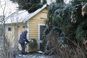 Utedasset blev blockerat av en gran som fallit, men Dick Malm lyckas släpa bort en trasig vindskiva och lite grenar så att dörren gick att öppna igen.