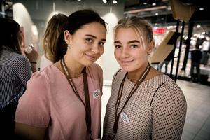 Från vänster i bild: Klara Öhlin och Amanda Östling från Mora. UF-företag: Ekobag. Gör: Delar ut gratis tygpåsar genom att företag får marknadsföra sig på påsarna.