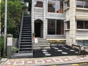 Entrén till Björklunds Kafferosteri i Seoul. Lokalen tar upp emot 50 gäster. Foto: Johan Björklund.