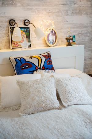 Sänggaveln ger ett sovrummet ett ombonat intryck.