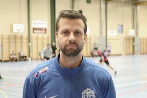 Han är A-lagets nya tränare i Frövi IK fotboll, Fredrik Nilsson.