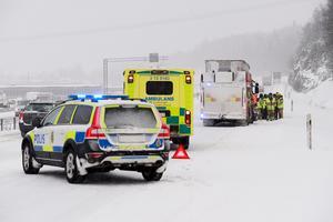 Personbil körde in i stillastående långtradare på E4 i norrgående fil i Bydalen.