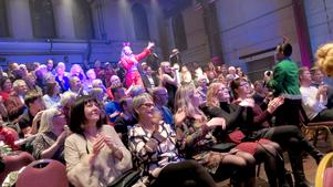 Publiken fick besök av artisterna i Christmas Spectacular, som synes med gott resultat. Lars-Åke