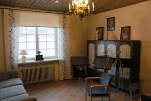 Vardagsrummet i den del som är en lägenhet.