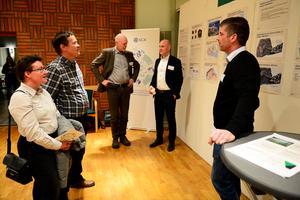 Närmast i bild får Christina och Clint Hjalte information av SCA:s byggchef, Magnus Jinnerot. I bakgrunden står Björn Lyngfelt, kommunikationsdirektör SCA, och Anders Edling Hultgren, utvecklingeschef på SCA.