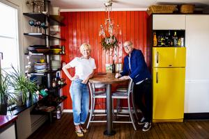 Det färgstarka köket är navet i familjen Lindbegs hem.