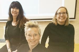 Föreläsarna på hörselskadades dag i Östersund, Elizabeth Mikaelsson,  Åsa Wallin, samt längst fram Zandra Reppe. Foto: Lars Fahlgren
